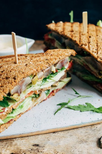 clubsandwich met haring, olijven en zongedroogde tomaat