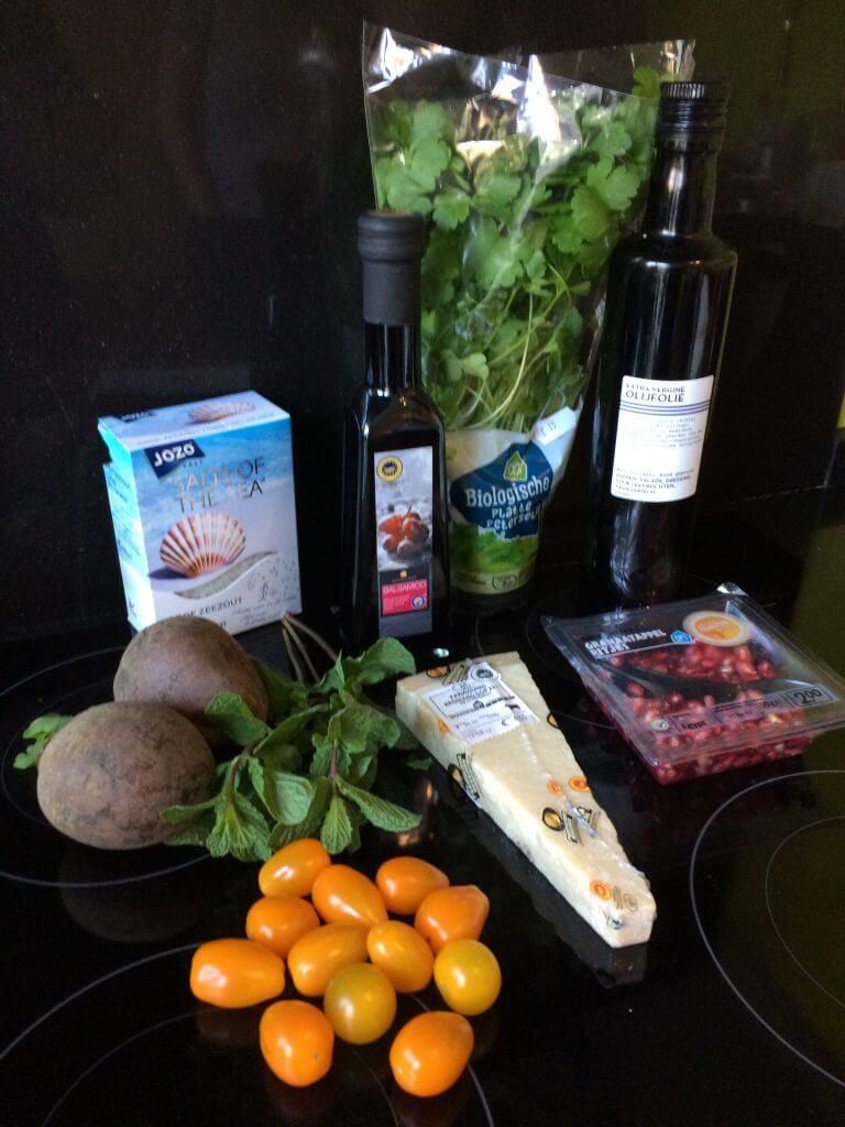 Ingrediënten salade met gepofte rode bieten