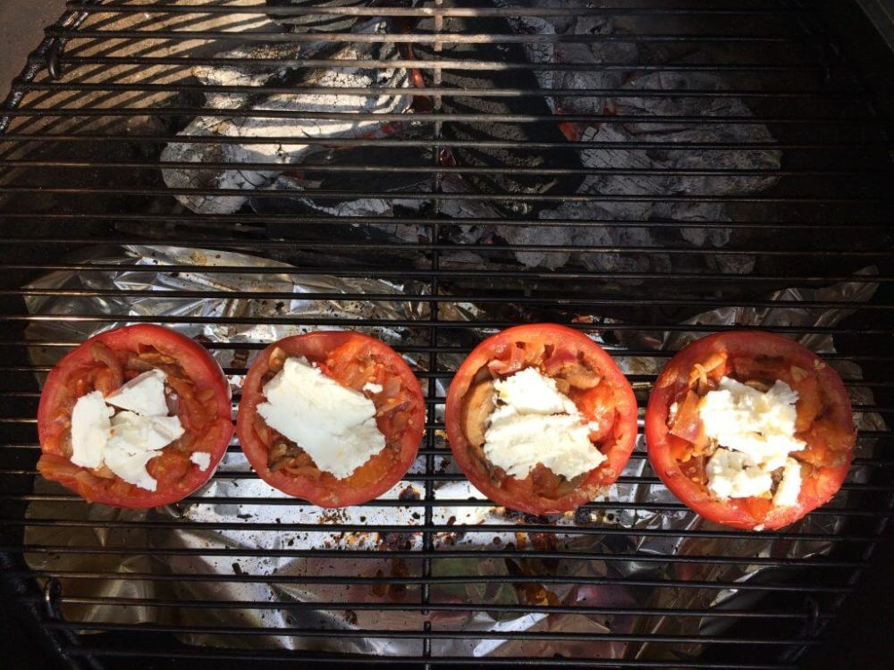 Gevulde tomaat met champignons, ui, knoflook, quinoa en geitenkaas