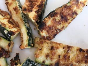 Gegratineerde courgettes van de barbecue