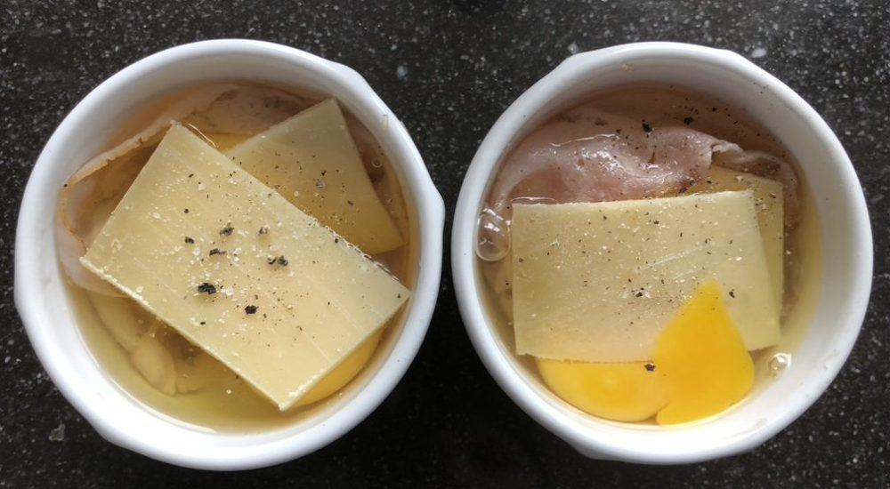 Eieren in schaal met kaas en peper en zout