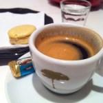 Espresso Orfeu com  chocolate e água com gás, acompanhamentos tradicionais. O macaron da foto, era de caramelo.