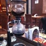 Imagem da cafeteira globinho com cafe liquido na parte inferior e o pó restante na parte superior.