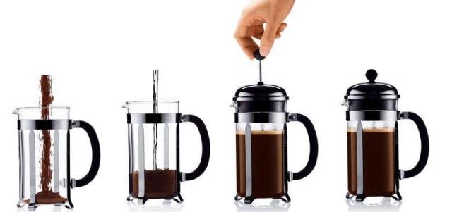 Imagem de quatro prensas francesas. A primeira, com o pó sendo colocado. A segunda, com a água sendo colocada sobre o pó. A terceira da jarra já tampada e uma mão empurrando o êmbolo para baixo. E a última, da jarra cheia com o café já pronto.