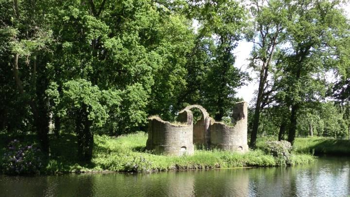 De ruine van het voormalige kasteel van de schout van Vollenhove. Het kasteel raakte in de 18e eeuw in verval. Een maquette is te zien in het Cultuur Historisch Centrum van Vollenhove-de Canicula