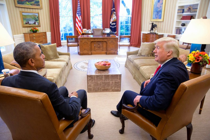 janus-te%cc%82te-a-te%cc%82te-_sitting_president__president-elect_barack_obama__donald_trump_squatting_next_to_each_other_on_arm-chairs_in_the_oval_office_on_november_10th_2016-_31196987133