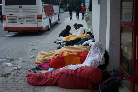 Syrian_refugees_sleeping_in_the_open_air_during_refugee_crisis._Budapest,_Hungary,_Central_Europe,_4_September_2015.jpeg