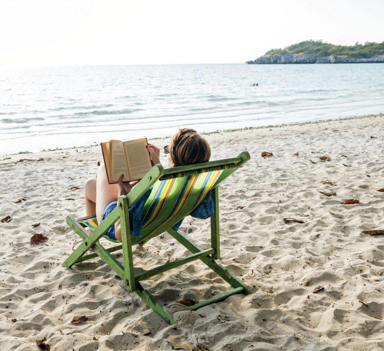 Lectura en la playa durante las vacaciones