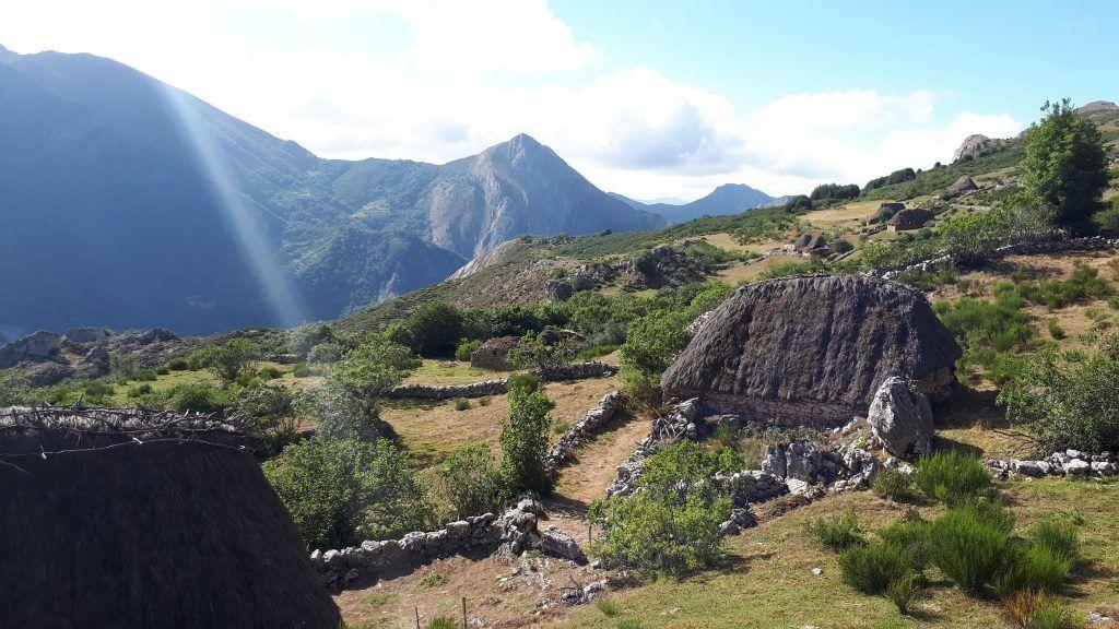 Meditando frente a la montaña de Somiedo en Asturias