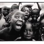 Enfants en liesse, Mali, noir et blanc argentique, Jean-Pierre Devals