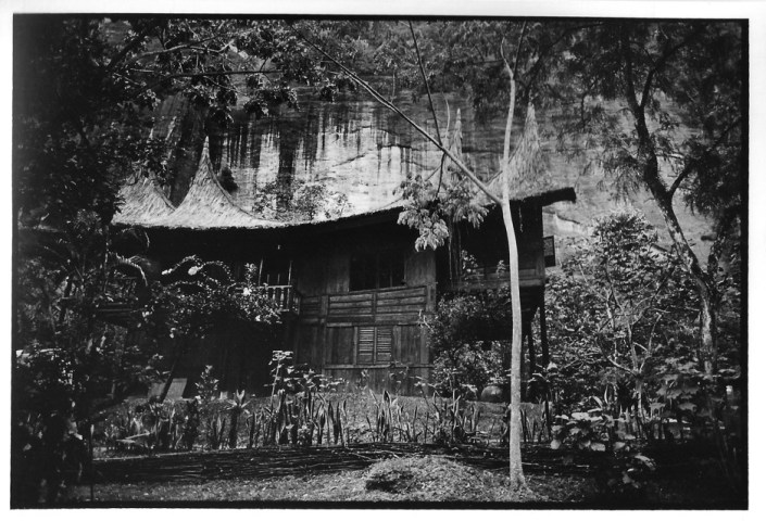 Maison contre la falaise, Indonésie, photo noir et blanc, Jean-Pierre Devals