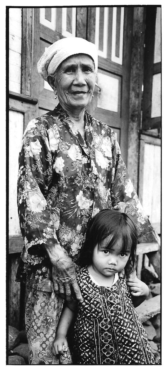 Grand-mère et enfant, Indonésie, noir et blanc argentique, Jean-Pierre Devals