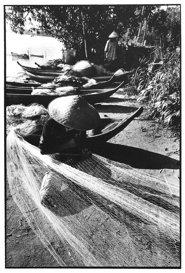 Réparation des filets, pêche,  noir et blanc argentique, Jean-Pierre Devals