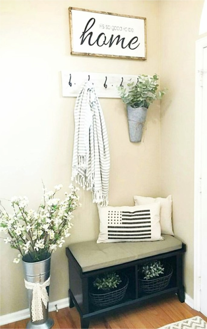 Small entryways 29 small foyer decor ideas for tiny for Small apartment wall decor