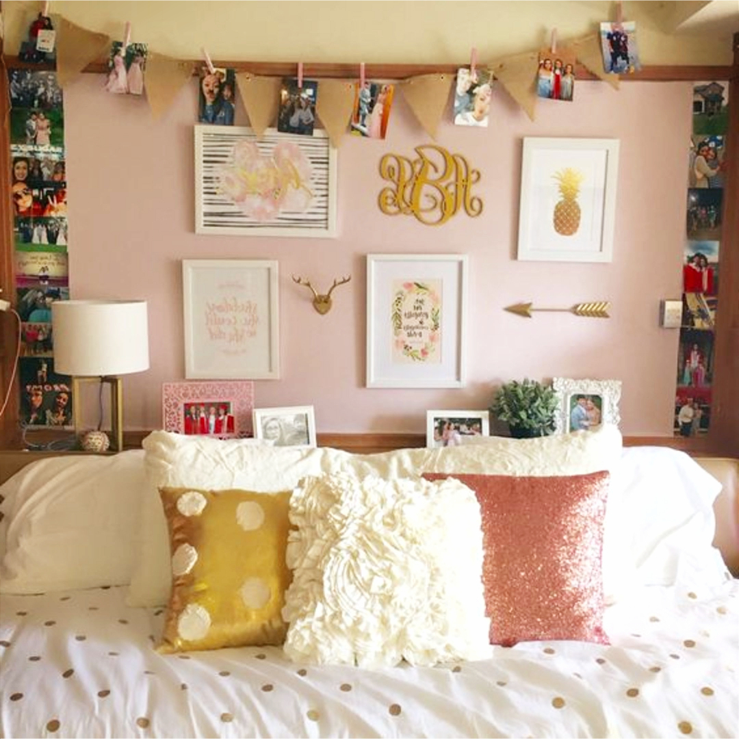 Gallery Wall Ideas And DIY Accent Wall Design Ideas #gallerywallideas  #decoratingideas #livingroomideas #