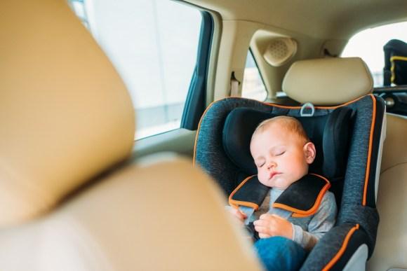 Cómo llevar a un bebé en el coche