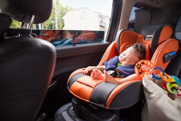 Así hay que llevar al bebé en el coche