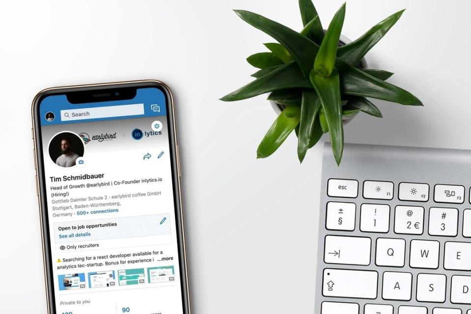 Gauche: téléphone avec profil Linkedin. Droite: clavier d'ordinateur et plante verte.