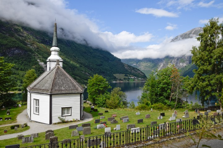 Eglise de Geiranger (milieu du XIXe siècle) dominant un fjord.