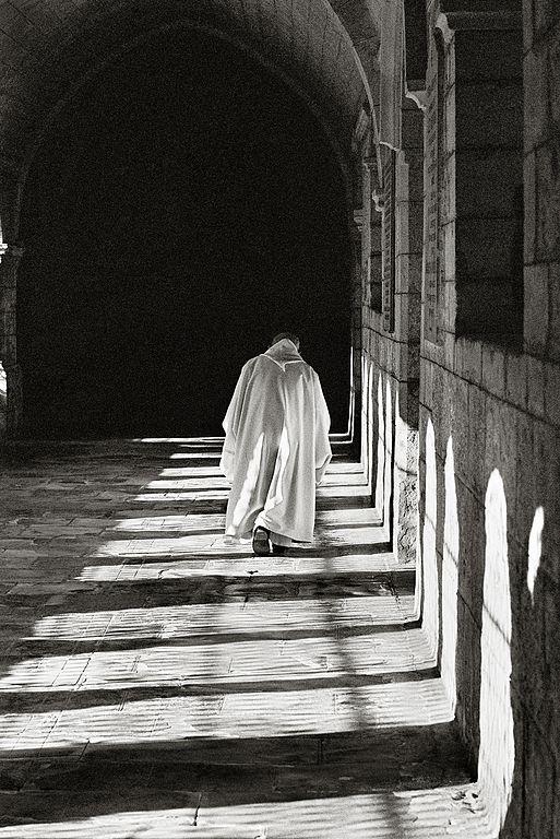 Moine cistercien dans un cloître.