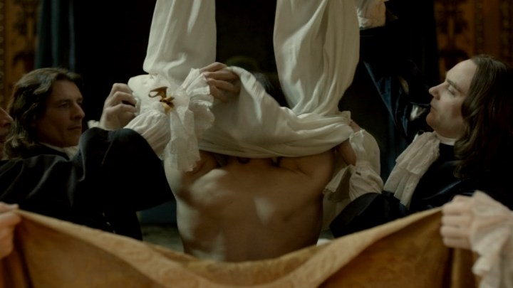 Le roi Louis XIV déshabillé.