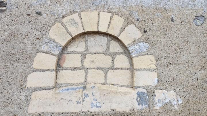 Linteau en bâtière, typique des églises romanes précoces