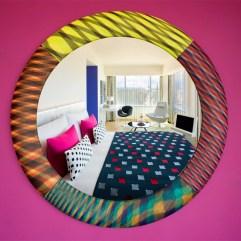 HOTEL MISSONI / EDIMBURGO, GRAN BRETAÑA La visión colorista de Rosita Missoni inunda este hotel escocés. Está plena Royal Mile, el corazón histórico de Edimburgo, y las habitaciones arrancan en 150 euros, pero la suite de la foto llega a los 950. Missoni ha abierto un segundo local en Dubai.