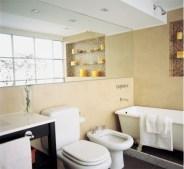 El cemento y las venecitas contrarrestan el porte señorial de la bañadera, único elemento antiguo en este ambiente.