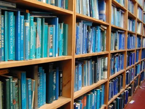 Ordenar libros por color: Una nueva moda para darle vida a nuestra biblioteca