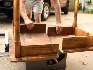 Después de juntar los materiales, debes tomar la mesa que vas a usar y con la cinta métrica debes dividirla a la mitad y luego la cortas con la sierra. Si la mesa es muy alta para tenerla cerca de tu cama, también puedes cortar las patas para que esté a la altura adecuada.