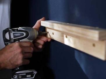 Con la ayuda de el taladro y los tornillos, debes adherirla a la pared como de ve en la imagen. Un pedazo debe ir sobre el otro porque así podrás dejar la mesa colgando, así que cuando hayas terminado con eso puedes comenzar a pintar la mesa del color que quieras.