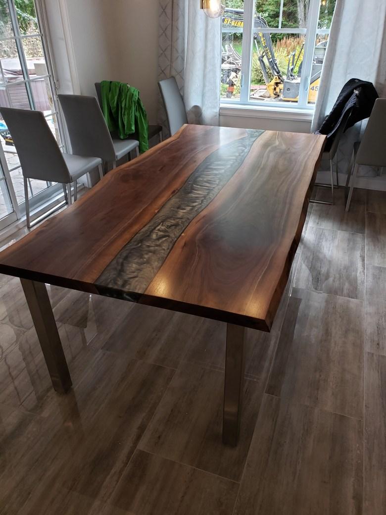 Table epoxy foncé artisanal