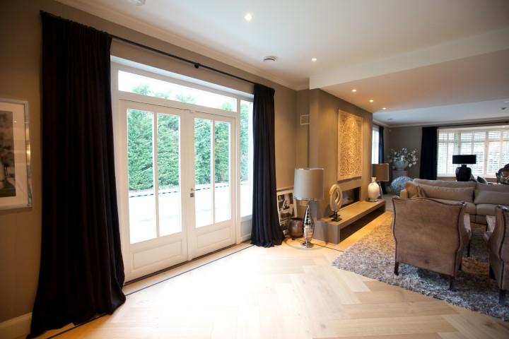 Huiskamer met zwarte linnen gordijnen en shutters3  DeCompany