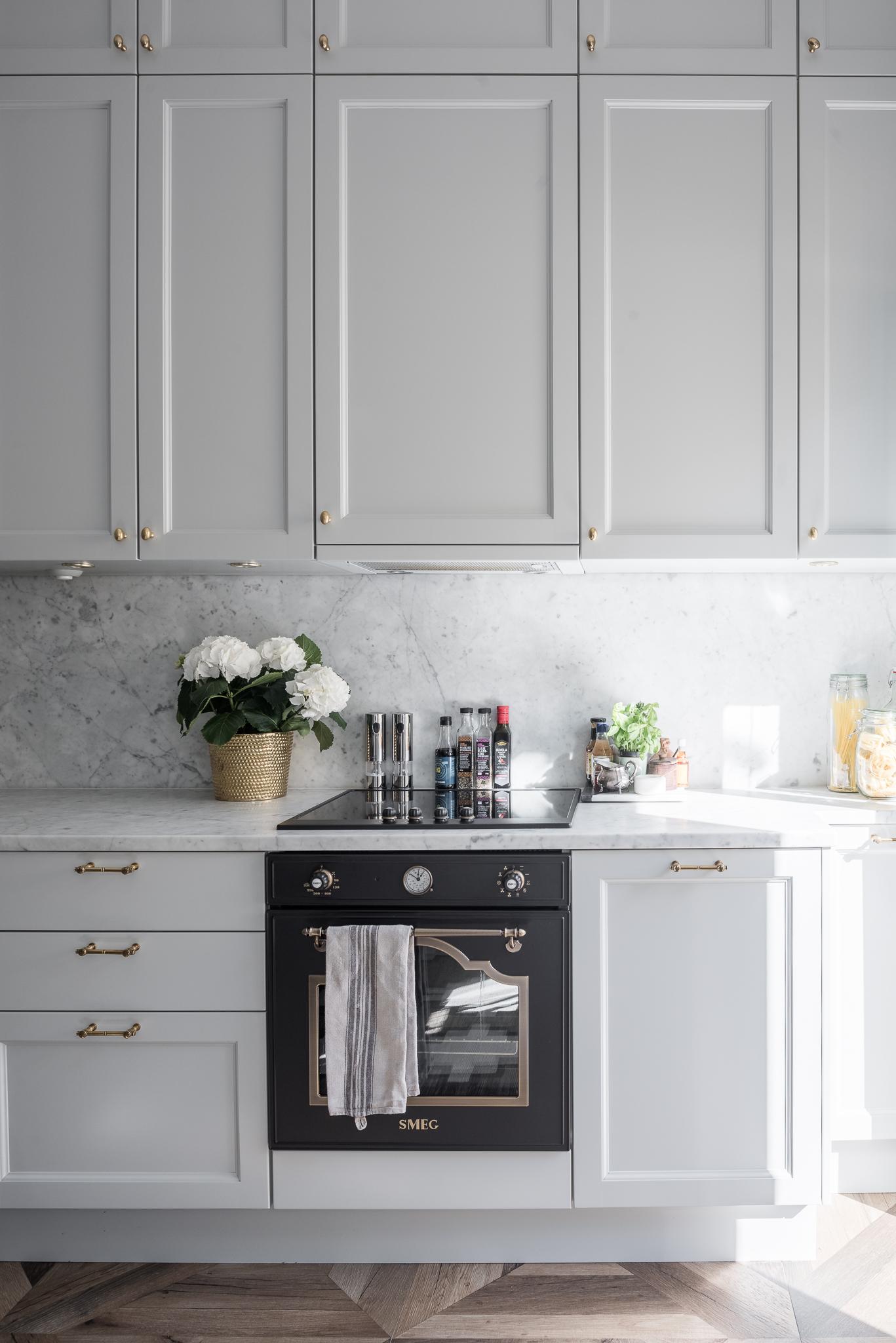 серая кухня мрамор встроенная вытяжка плита
