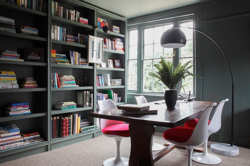 книжный шкаф и стол в кабинете