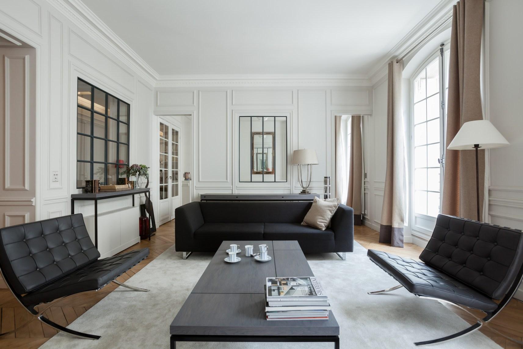 гостиная диваны молдинги панорамные окна