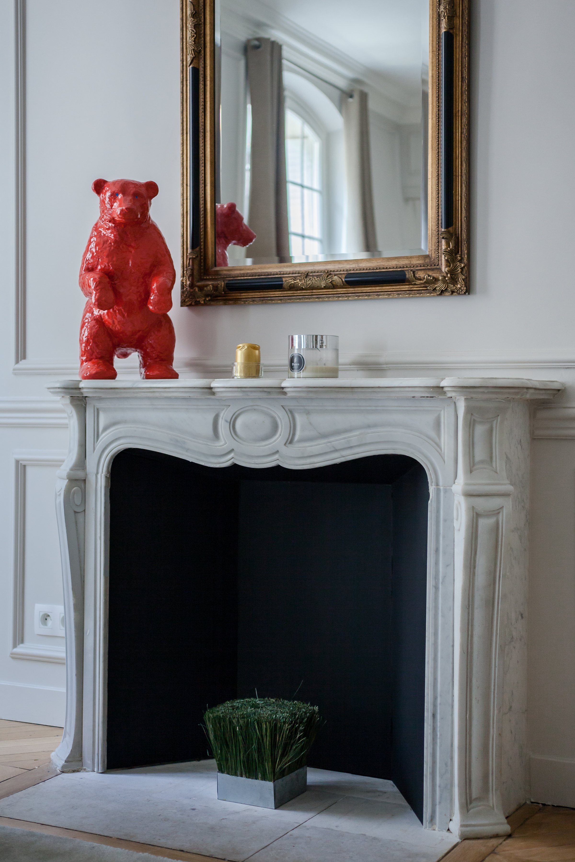 гостиная камин красный медведь