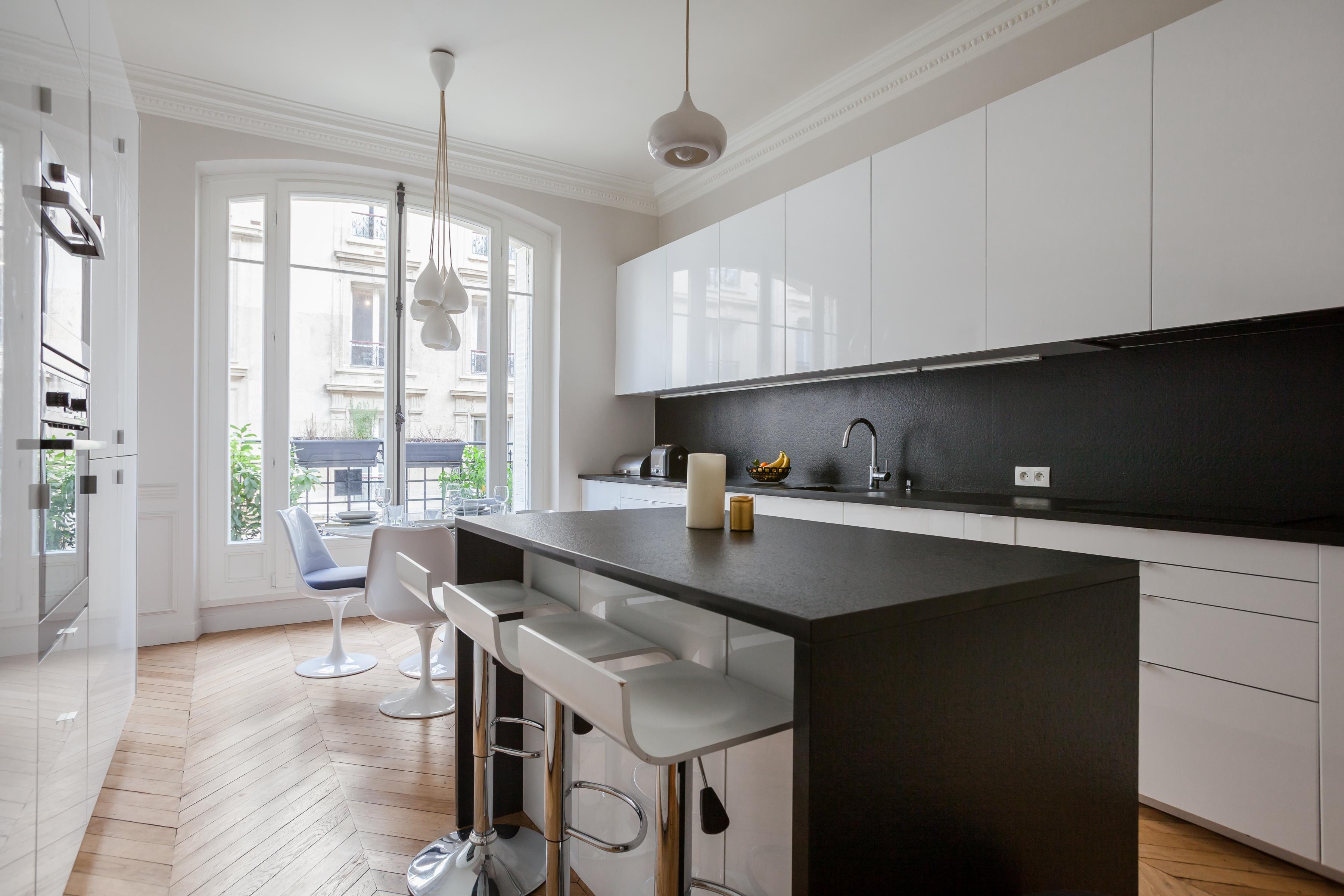 белая глянцевая кухня остров