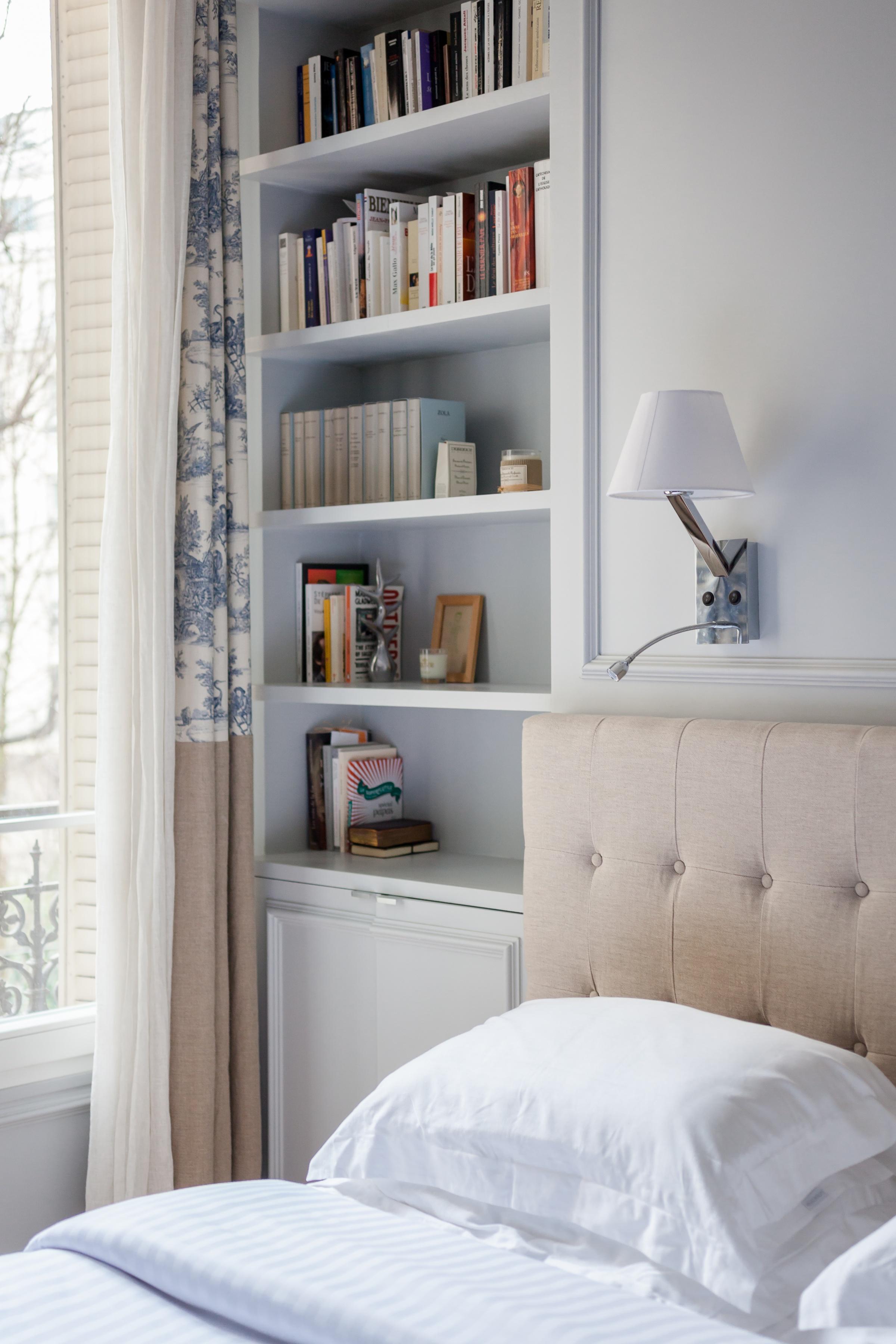 спальня полки книги