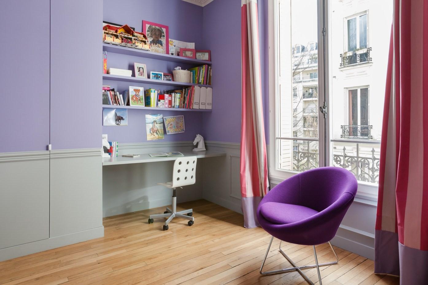 детская комната стол книжные полки