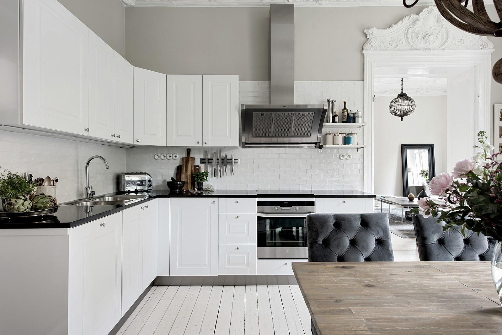 белая кухня кабанчик плита вытяжка