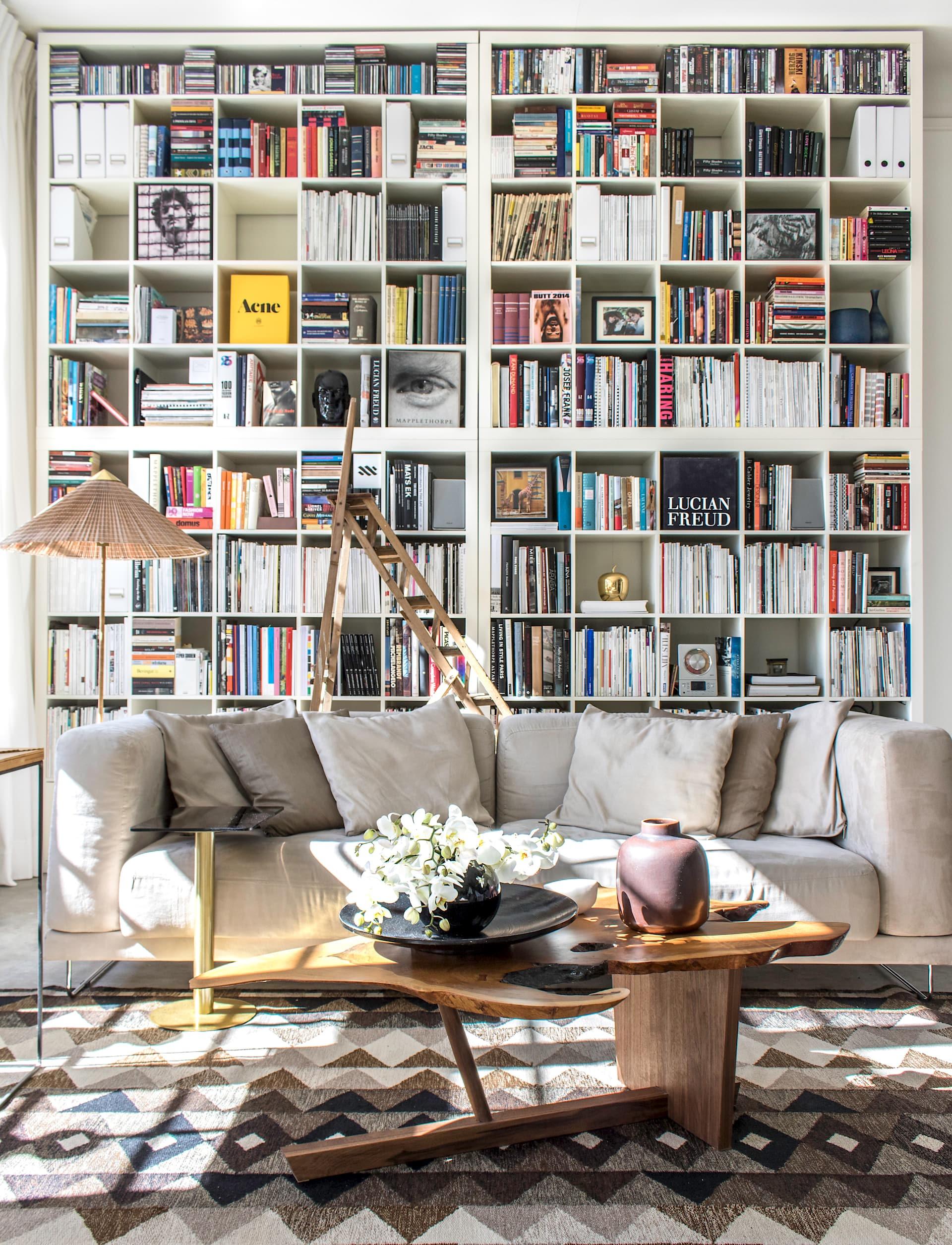 открытый книжный шкаф диван столик