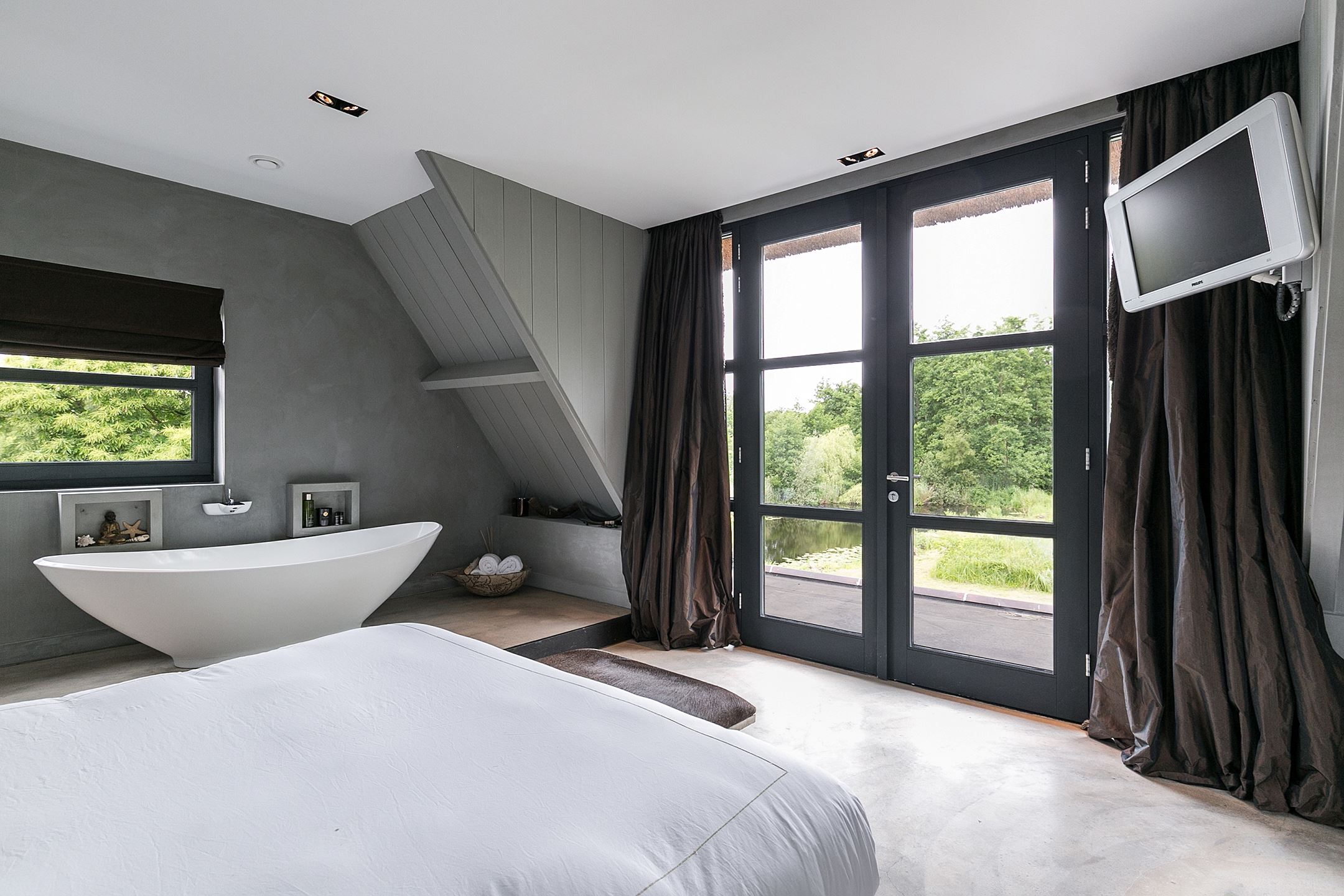 мансарда спальня ванна французское окно