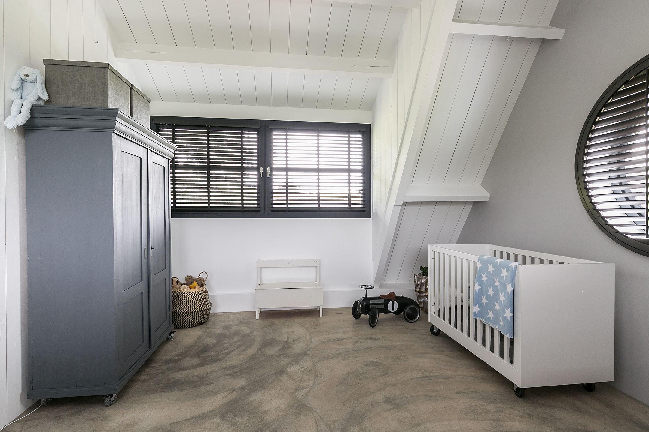 детская комната кровать окно шкаф