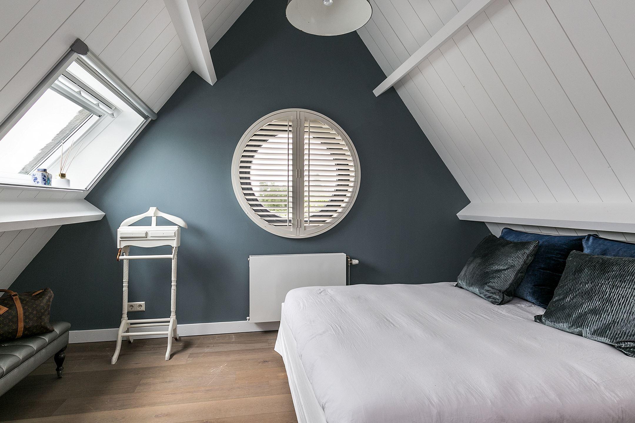 мансарда спальня круглое окно
