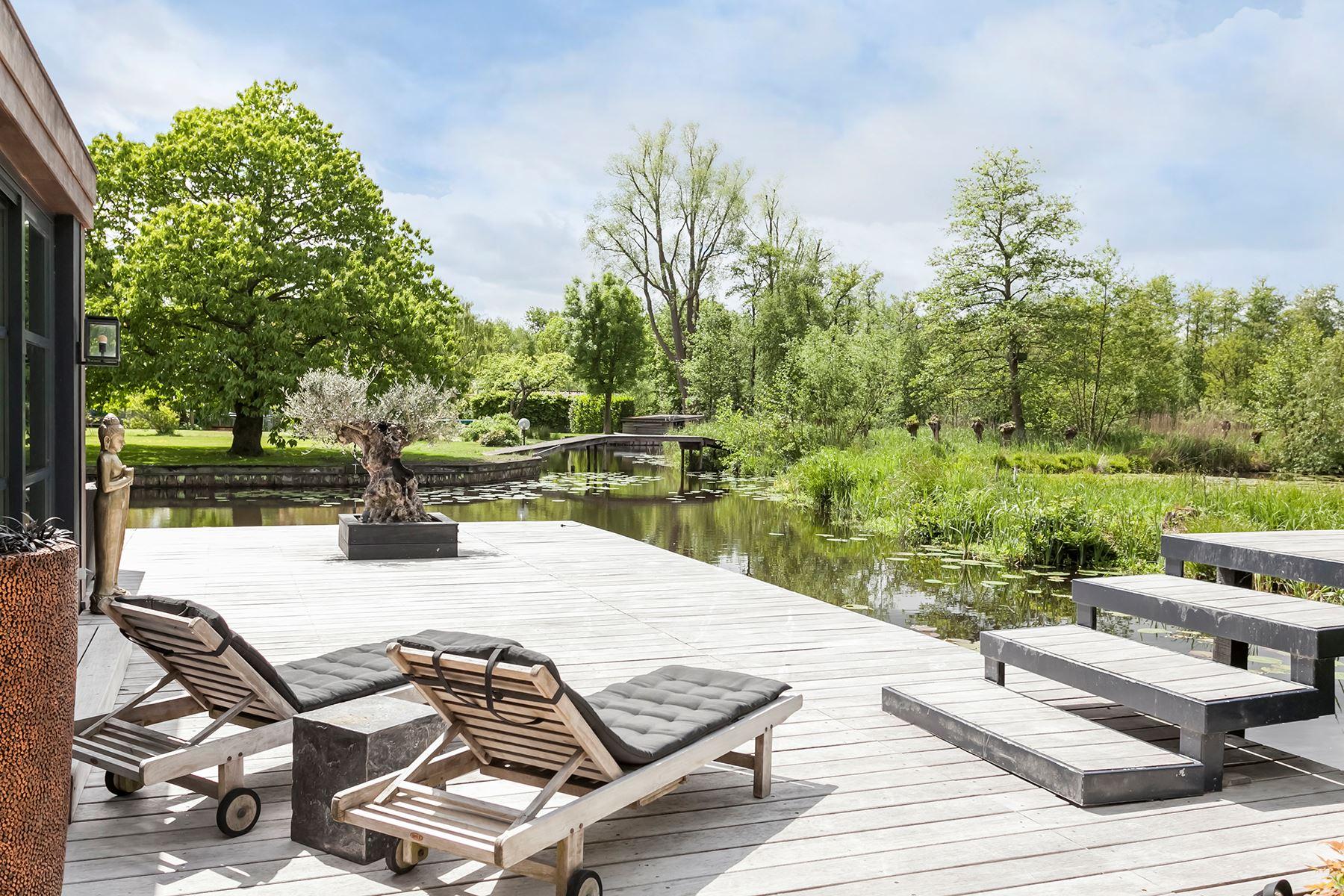 деревянная терраса мостик водоём лежаки