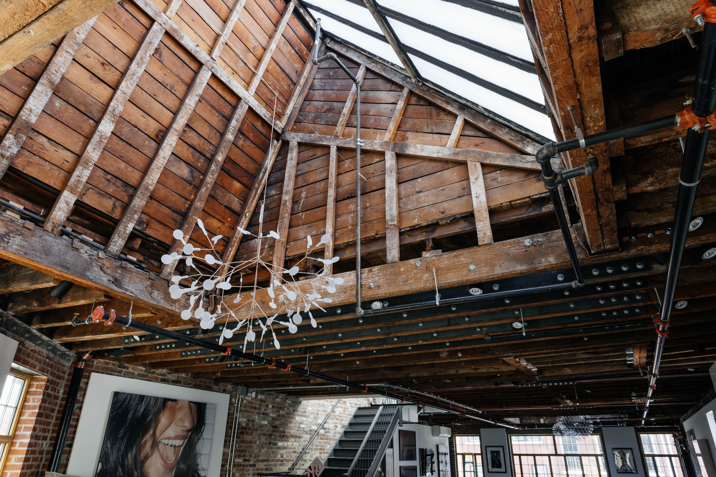 крыша остекление балки кирпич лестница люстра