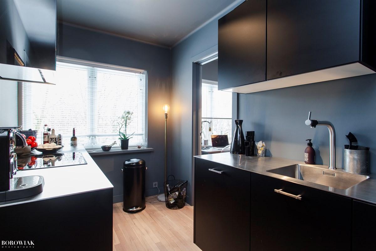 кухня темная мебель окно