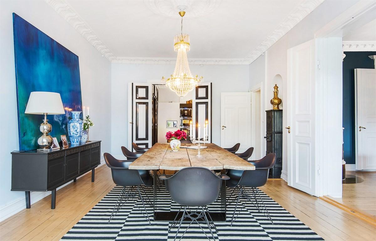 комната столовая стол стулья люстра