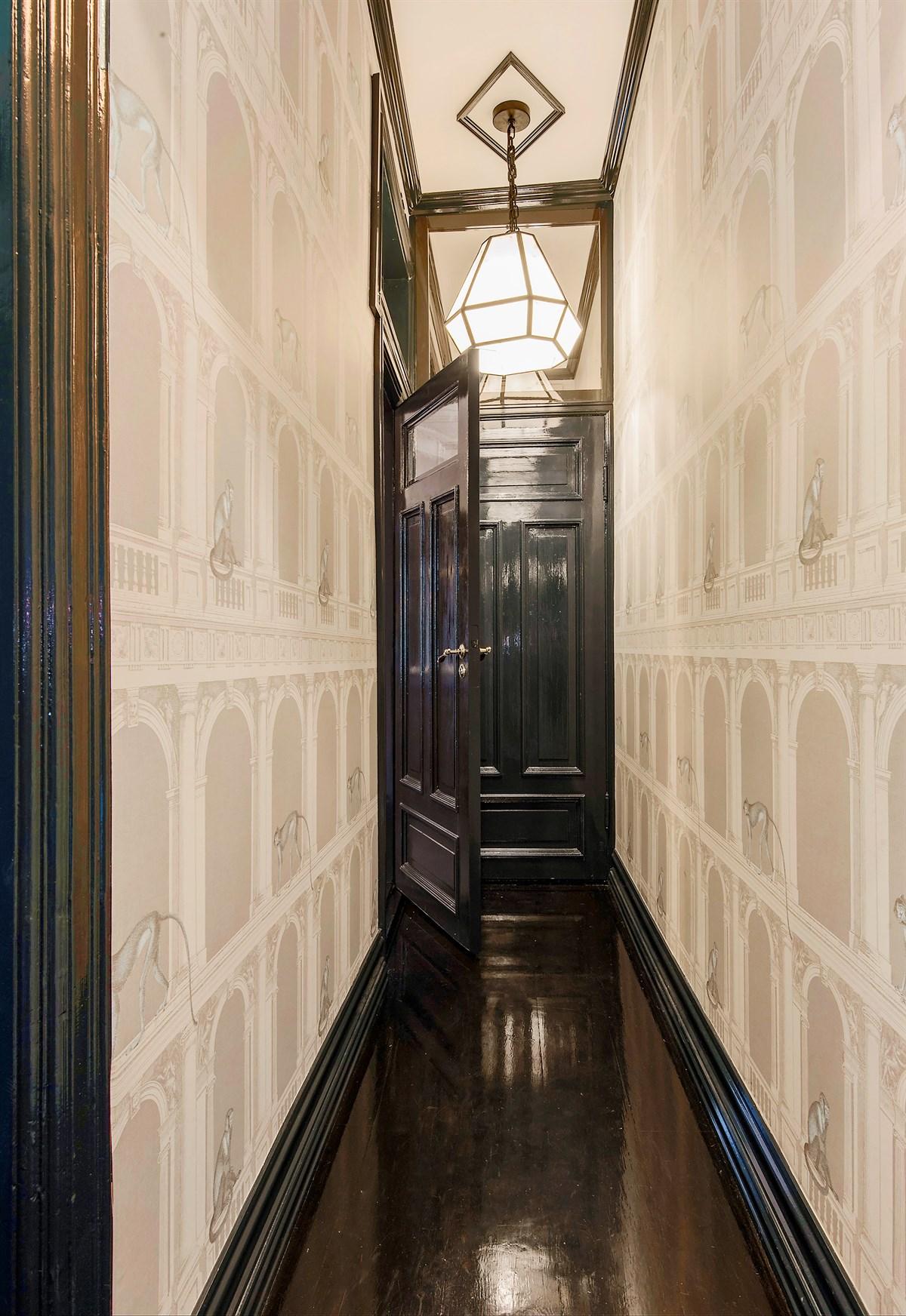 коридор темный пол плинтус